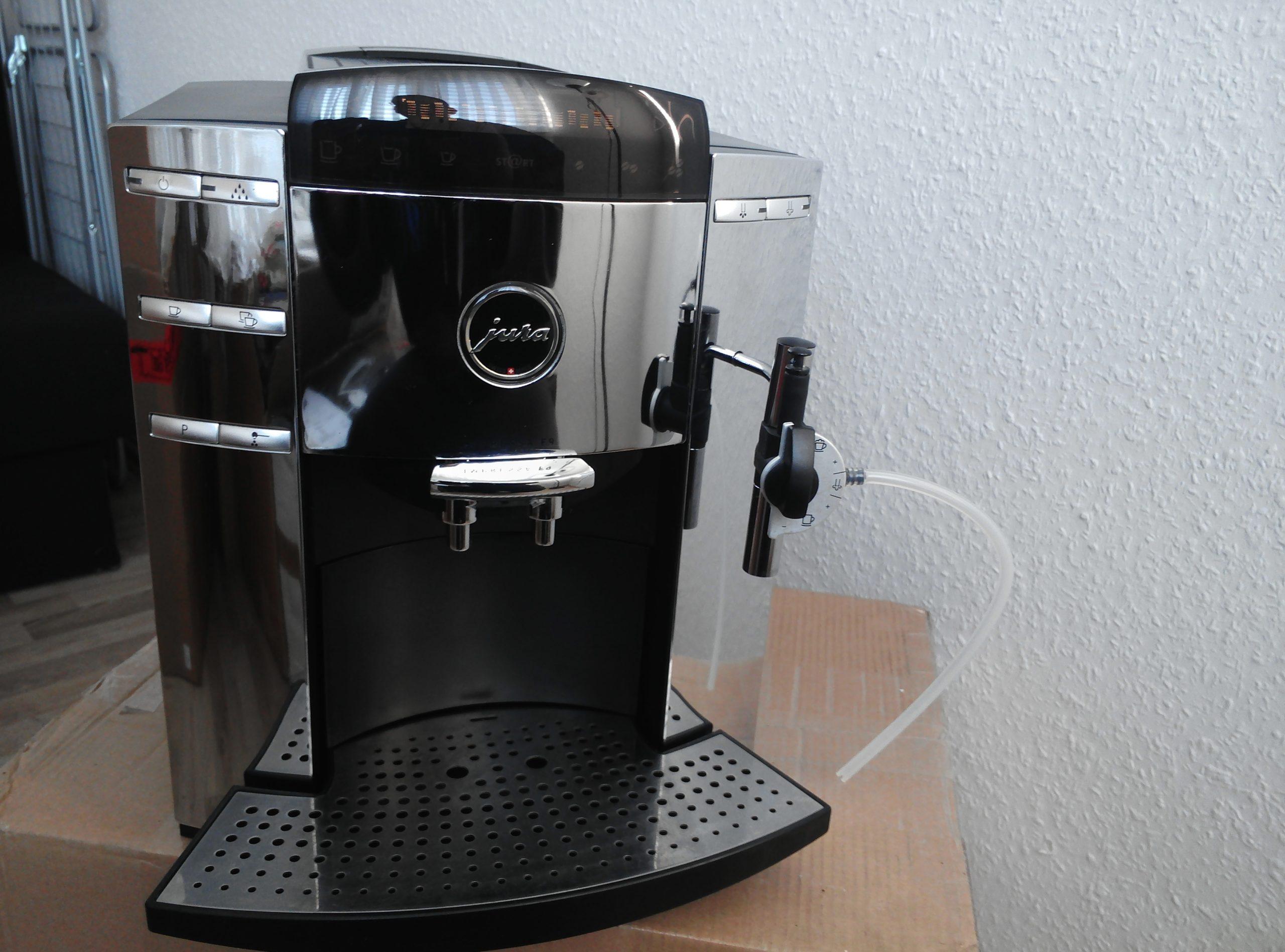 Kaffeevollautomat Jura, Wasser läuft in die Auffangschale.